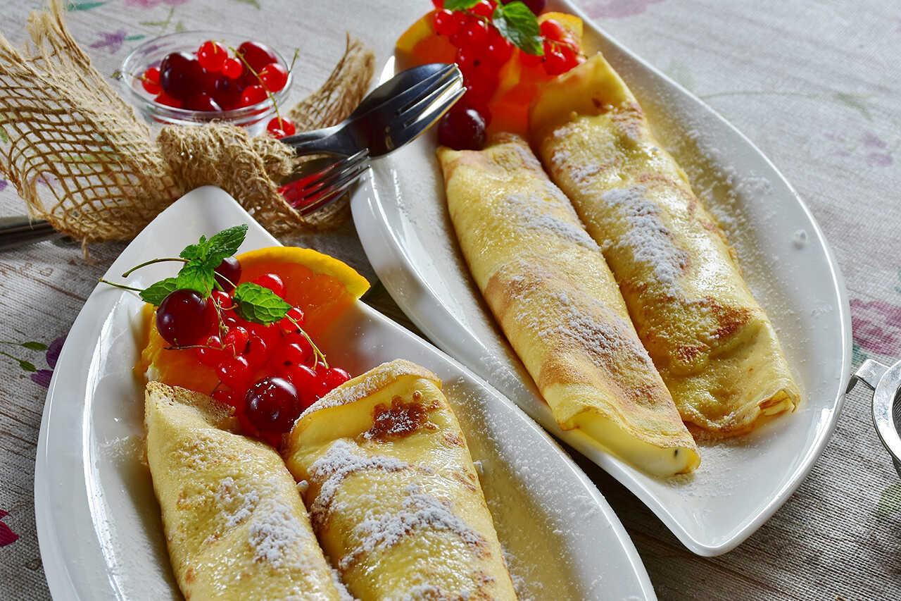 Clătite cu fructe de pădure şi iaurt natural