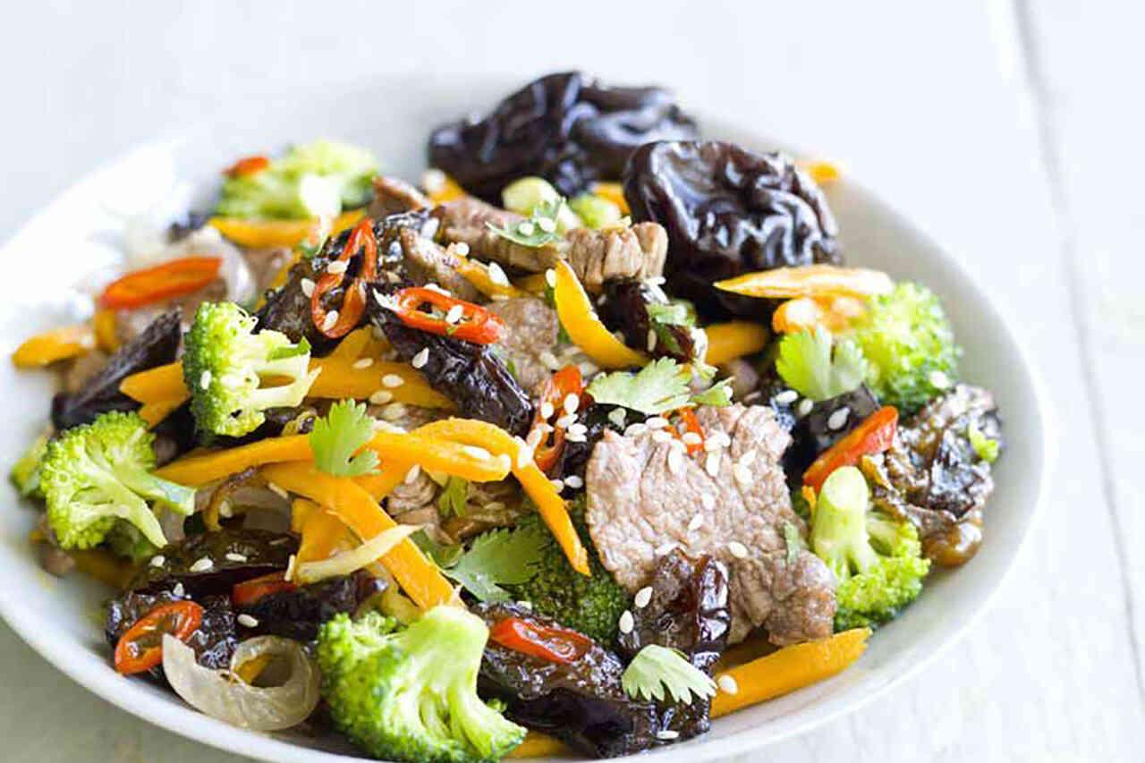 Carne de vită halal, sotată cu prune uscate și coriandru